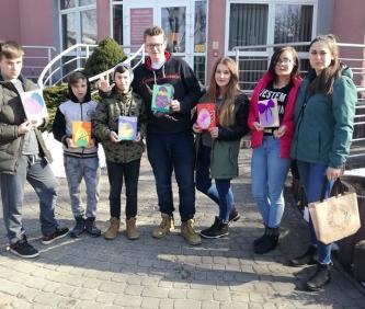 Wolontariusze Młodzieżowego Ośrodka Socjoterapii z życzeniami świątecznymi