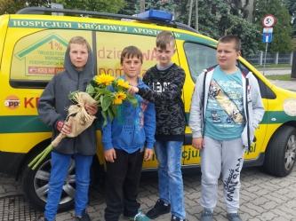 Wolontariusze Młodzieżowego Ośrodka Socjoterapii na imieninach Hospicjum